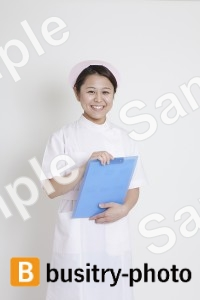 カルテを持つ看護師