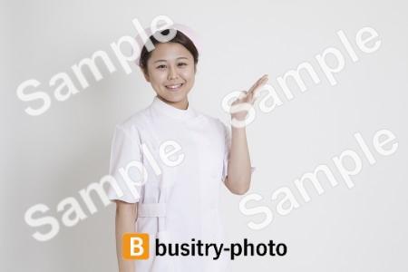 案内をする看護師