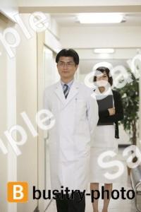廊下を歩く医師と看護師