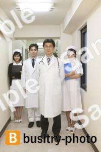 回診する医師と看護師たち