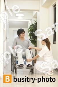 男性患者の足を気遣う看護師