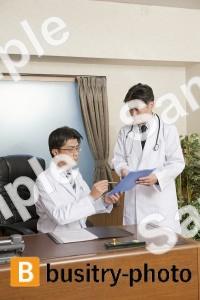 話し合う院長と医師