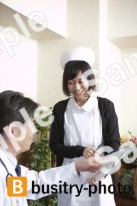 談笑する院長と看護師