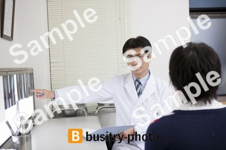 レントゲンを説明する医師