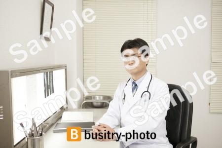 前に手を組む医師