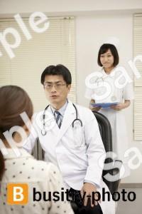 女性患者を診察する医師と看護師