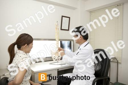 女性患者に説明する医師