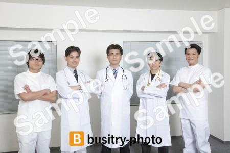 腕を組む医師集団