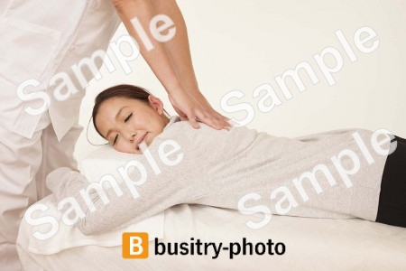 背中の整体を受ける女性