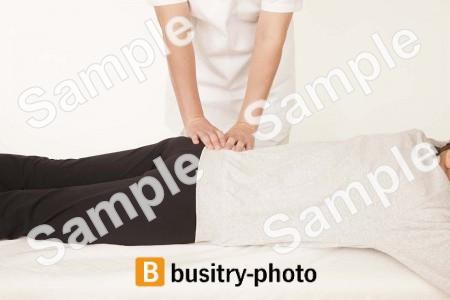 腰の整体を受ける女性