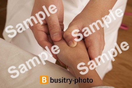 手のマッサージを受ける女性