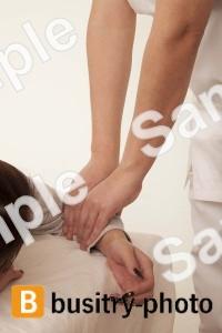 腕のマッサージを受ける女性