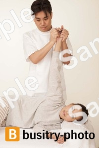 腕の整体を受ける女性