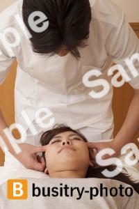 頭の整体を受ける女性