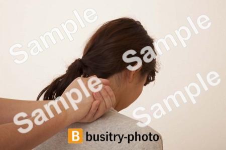 肩の整体を受ける女性