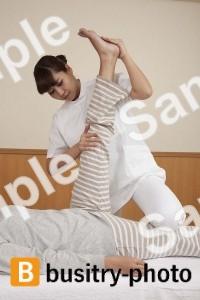 足の整体を受ける女性
