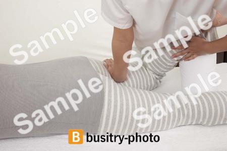 足の整体を受ける男性