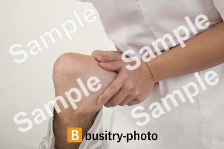 整体を受ける男性の足