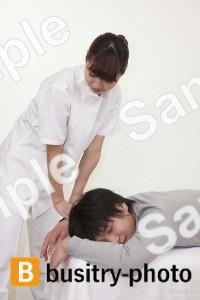 腕の整体を受ける男性