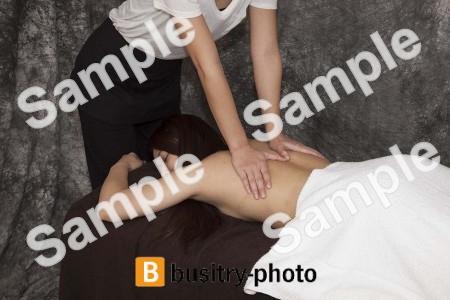 背中のマッサージを受ける女性
