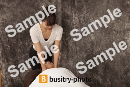 マッサージを受ける女性