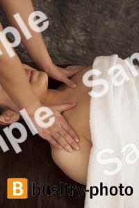 肩のマッサージを受ける女性