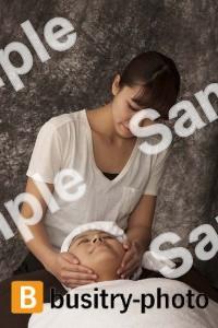顔のマッサージを受ける女性