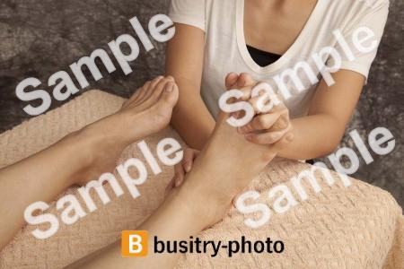 マッサージを受ける女性の足