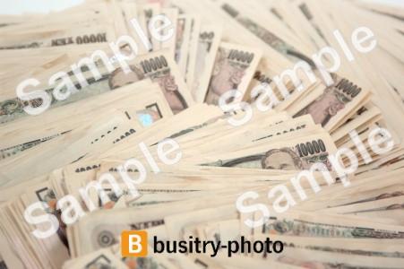 大量にばらまかれた一万円札